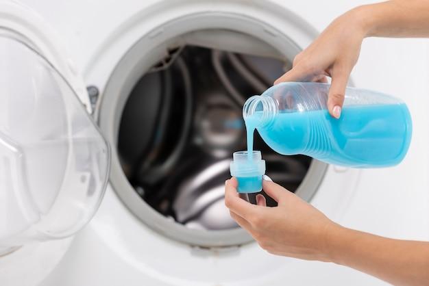 Close-up, mulher, despejar, detergente, em, um, boné