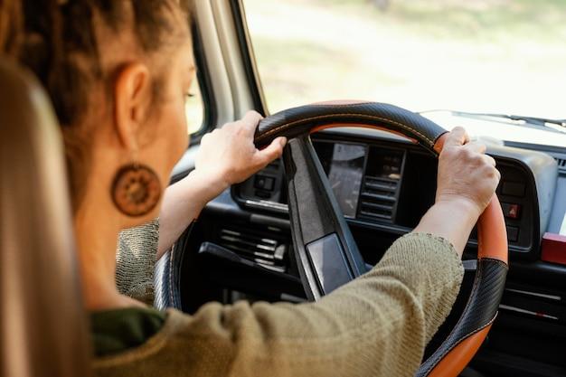 Close-up mulher dirigindo