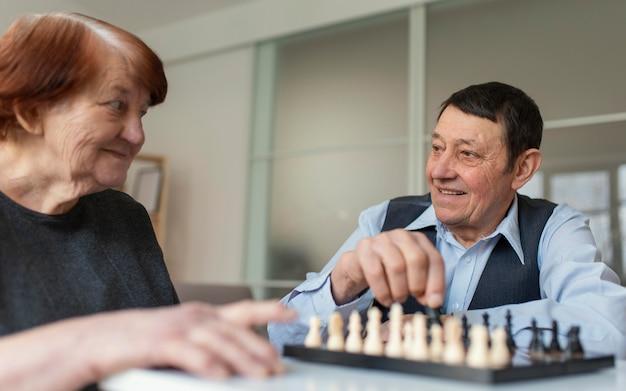 Close-up mulher e homem jogando xadrez
