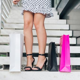 Close-up, mulher, em, calcanhares altos, e, ponto, vestido