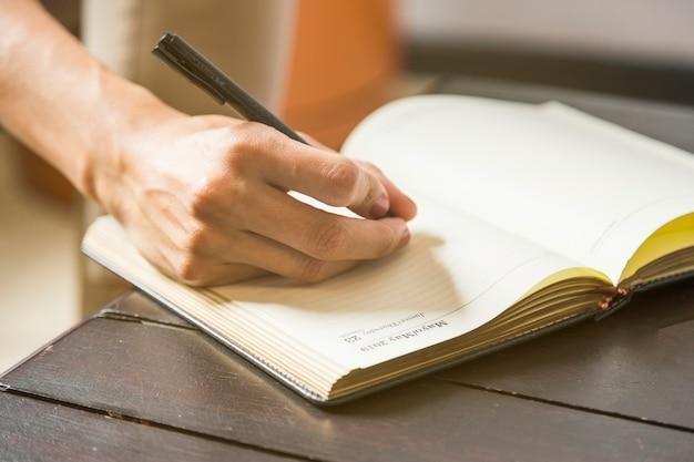 Close-up, mulher, escrita, estatísticas, em, caderno