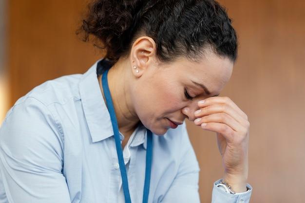 Close-up mulher estressada em terapia