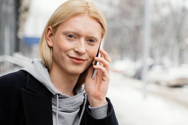Close-up mulher falando ao telefone