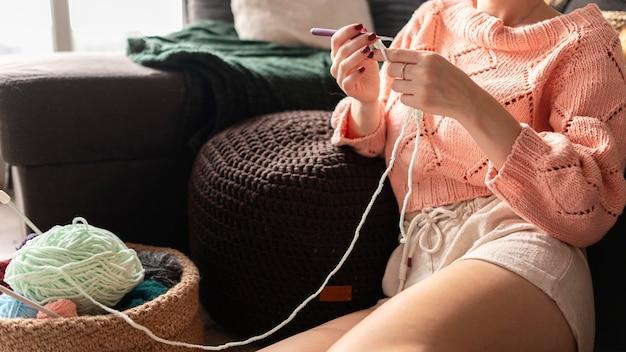 Close-up mulher fazendo crochê com fio verde