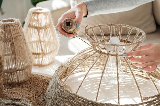 Close-up mulher fazendo lâmpada artesanal de corda de juta