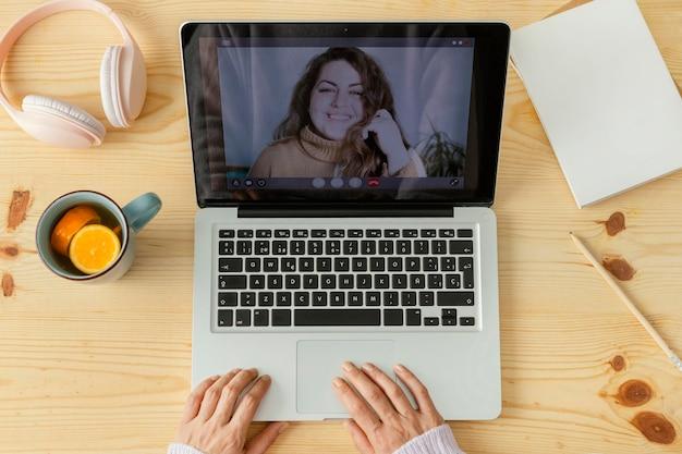 Close-up mulher fazendo videochamada