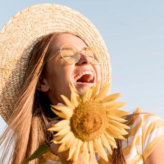 Close-up mulher feliz curtindo a natureza
