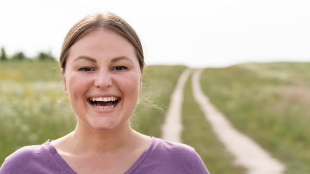 Close-up mulher feliz na natureza