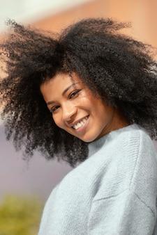Close-up mulher feliz posando ao ar livre