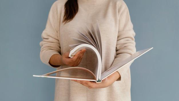 Close-up, mulher folheando o livro