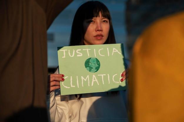 Close-up mulher lutando pelo clima