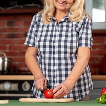 Close-up mulher mais velha cozinhar
