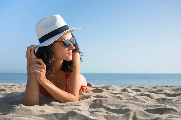 Close-up mulher na praia, olhando para longe