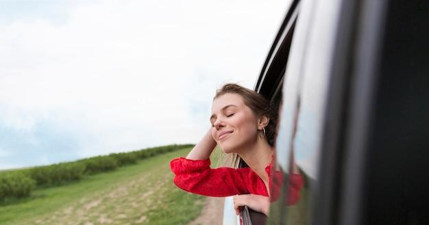 Close-up mulher no carro