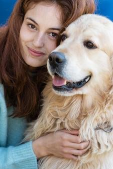Close-up mulher posando com cachorro