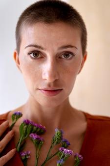 Close-up, mulher posando com flores