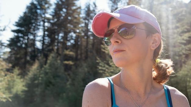 Close-up, mulher posando com óculos de sol