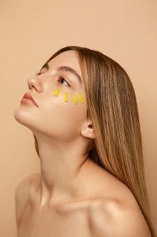 Close-up mulher posando com pétalas