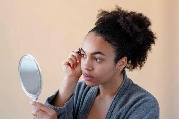 Close-up mulher preenchendo as sobrancelhas