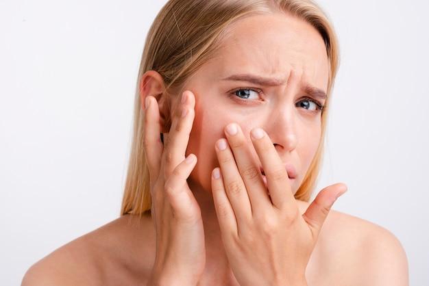 Close-up mulher preocupada com fundo branco
