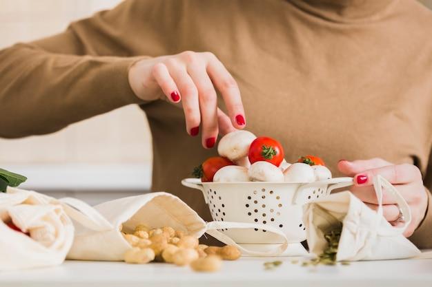 Close-up mulher preparando comida caseira