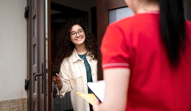 Close-up mulher recebendo entrega