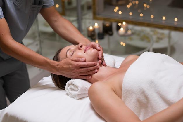 Close-up mulher recebendo massagem