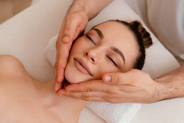 Close-up mulher relaxada em terapia alternativa