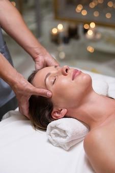 Close-up mulher relaxada recebendo massagem