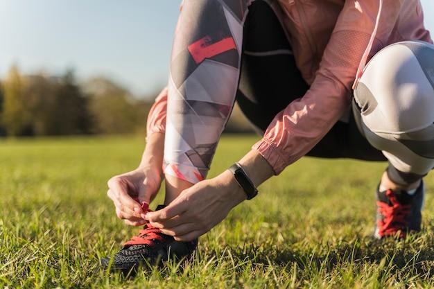 Close-up mulher se preparando para correr