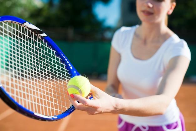 Close-up mulher se preparando para servir no tênis