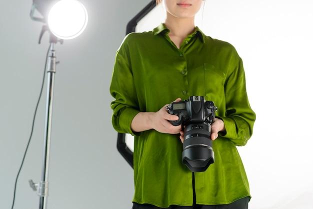 Close-up, mulher segura câmera