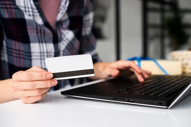 Close-up, mulher segura, cartão crédito