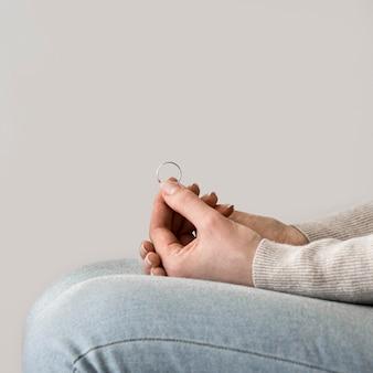 Close-up, mulher segura, marrige, anel