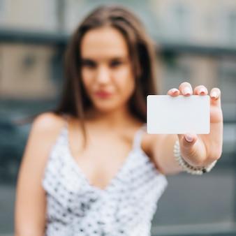 Close-up, mulher segura, um, cartão, mock-up