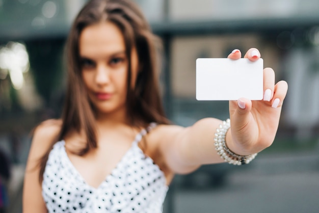 Close-up, mulher segura, um, cartão