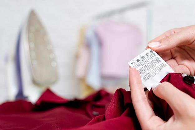 Close-up, mulher segura, um, etiqueta roupa