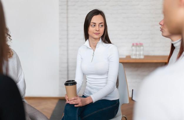 Close-up, mulher segurando a xícara de café