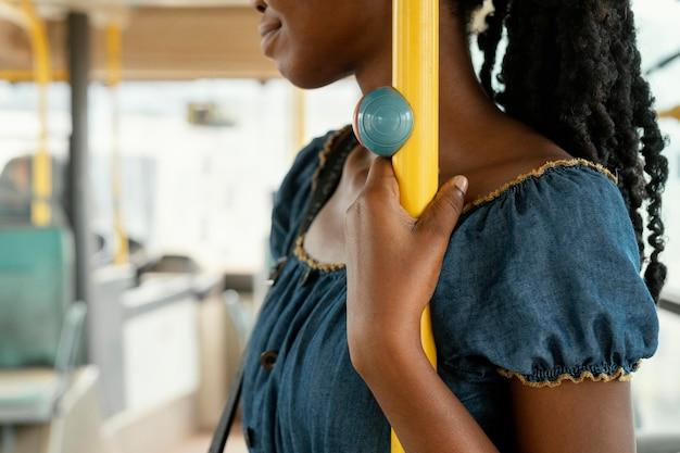 Close-up mulher segurando barra de ônibus