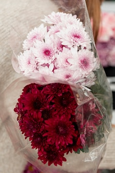Close-up mulher segurando buquês de flores