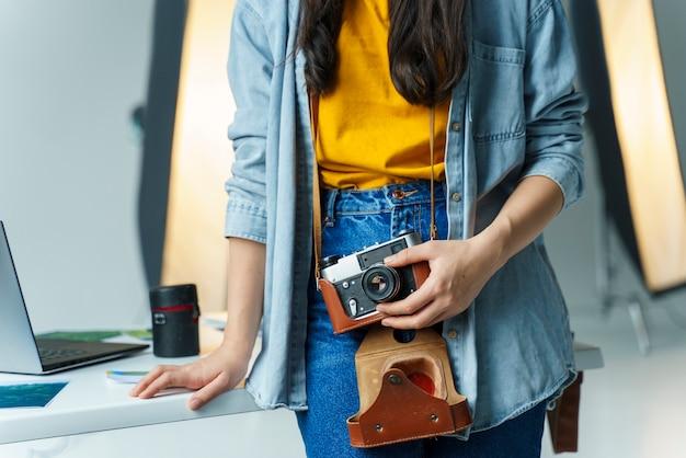 Close-up mulher segurando câmera vintage