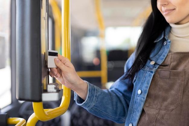 Close-up mulher segurando cartão