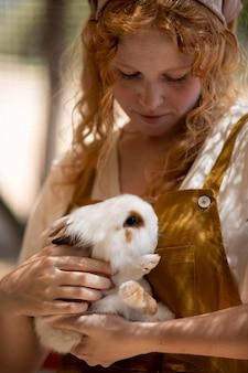 Close-up mulher segurando coelho