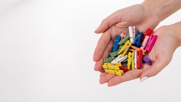 Close-up, mulher, segurando, colorido, clothes-pins