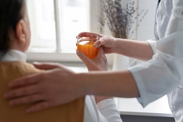Close-up mulher segurando copo