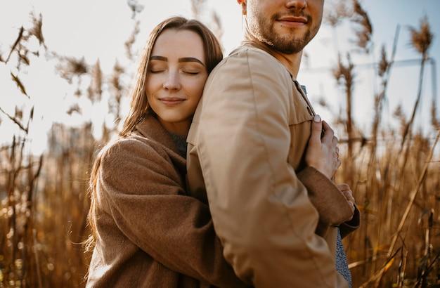 Close-up mulher segurando homem