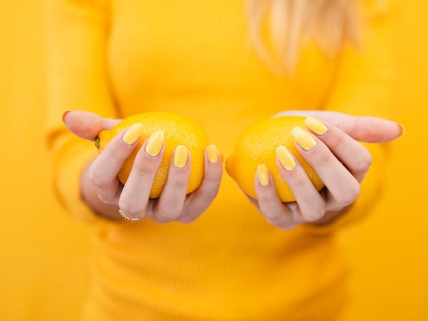 Close-up mulher segurando limões