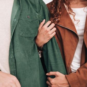 Close-up mulher segurando o braço do homem