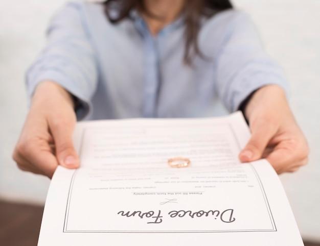 Close-up mulher segurando o formulário de divórcio