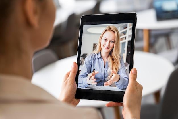 Close-up, mulher segurando o tablet